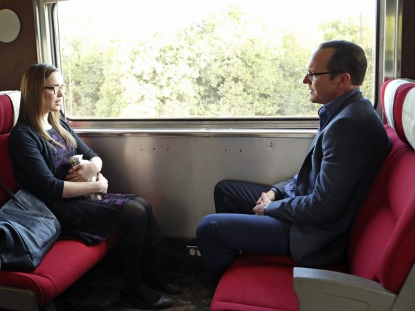 Simmons and Coulson go undercover on a train (Image: ABC)